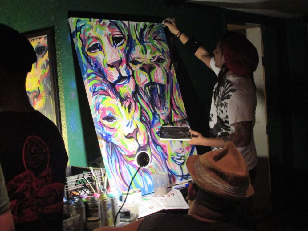 Lemus Art paining live during the event.